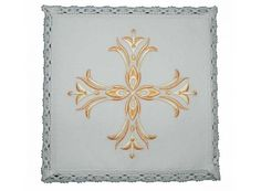 Palia del conjunto de altar decorado con Cruz dorada / Communion pall of altar linen set with golden Cross embroidery (1/3). http://www.articulosreligiososbrabander.es/manutergio-corporal-palia-purificador-cruz-dorada-bordada.html
