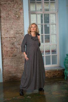 Платье с завышенной талией зрительно изменяет восприятие фигуры, делает её стройнее, удлиняет ноги. Знакомьтесь: длинное вискозное платье винтажной расцветки.