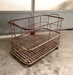 Ancien chariot/panière à pain de boulanger années 40/50. En métal, plateau en bois. Sur roulettes.