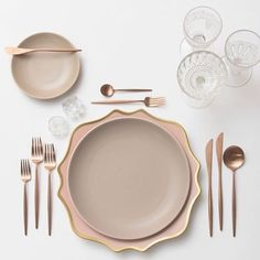 A little rose gold loving to close out the week Our Anna Weatherley Chargers in Desert Rose + Heath Ceramics in French Grey + Rose Gold Flatware + Vintage Pink/EAPG/Coupe Glassware + Antique Crystal Salt Cellars # Comment Dresser Une Table, Rose Gold Flatware, Vase Deco, Heath Ceramics, Dinner Sets, Dinner Table, Dinnerware Sets, Decoration Table, Home Accessories