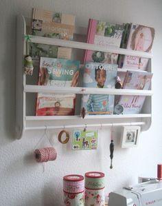 Klassisches Wandregal im skandinavischem Design.  Hier finden Teddybären, Bücher oder Bastelarbeiten einen äußerst dekorativen Platz.     Das Regal...