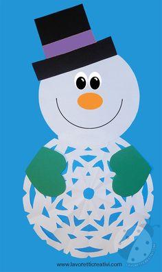 Come realizzare un pupazzo di neve con un fiocco di neve di carta