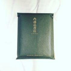 台湾の書店で小説を手に入れた。 バブル期っぽい、めちゃくちゃいい紙の袋に入れてくれた。