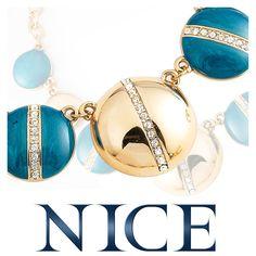 El color turquesa es primordial en esta temporada. Luce este hermoso collar #NICE, combinado de prendas de colores claros para crear contrastes elegantes en tu look.