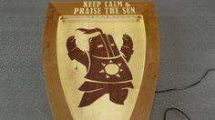 Солер выполнен из шпона красного дерева. Сверху над ним LED-подсветка. Ну, и, конечно, девиз: Praise the sun.