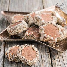Einfaches Rezept für Rotweinplätzchen, die wunderbar mürbe und aromatisch werden. Die gefüllten Rotweinkekse mit Schokolade kommen immer gut an!