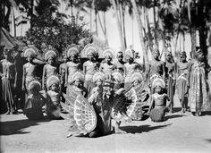 COLLECTIE TROPENMUSEUM Groep Balinese danseressen met op de voorgrond een man verkleed als de legendarische vogel Garoeda TMnr 10004672.jpg