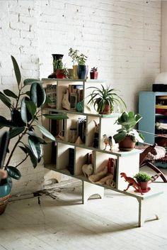 bücherregal holz und zimmerpflanzen als raumteiler