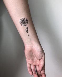 60 New Ideas Tattoo Femininas Delicada Pulso Sunflower Tattoo Shoulder, Sunflower Tattoo Small, Small Flower Tattoos, Sunflower Tattoos, Small Tattoos, Small Daisy Tattoo, Sternum Tattoo, Wrist Tattoos, Mini Tattoos