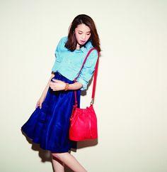 Denim shirt [aditional] ¥12,000 / Ramie lawn skirt [SACRA] ¥19,000 / Drawstring bag [aditional] ¥13,000 / Wrap bracelet [CHAN LUU] ¥26,000