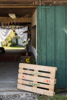 DIY wedding on an old farm - Wedding Signs - Hochzeitsdeko Pallet Wedding, Farm Wedding, Wedding Signs, Wedding Blog, Wedding Ideas, Decoration Palette, Decoration Entree, Diy Bouquet Mariage, Diy Wedding Bouquet