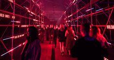 サンフランシスコにて「サントス ドゥ カルティエ」の新しいコレクションを記念したパーティが開かれた。サントスの精神を現代に受け継ぐ世界中のセレブリティやイノベーターが参集した。 Set Design Theatre, Lights Fantastic, Cartier Santos, Urban Photography, Neon Lighting, Ghosts, Glitters, Showroom, Moschino