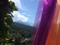 Freie Trauung unter freiem Himmel Herbst-Hochzeit in den Bergen, Lila, Orange…