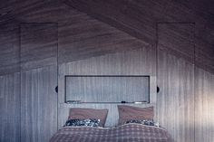 Naším úkolem bylo vytvořit dělící stěnu, která zároveň působí jako čelo postele, okénko s odkládací plochou a když se podíváte pořádně, tak i vchod do šatní skříně. Stěna je vyrobena z dýhové sazenky, což je spojení speciálně upravených dýhových lisů, která pak tvoří esteticky zajímavý celek. Zde jsme využili namořenou dubovou dýhu. Jak vidíte, textura stěny se na jednotlivých kusech dýhy liší a díky tomu opticky maskuje oba vstupy do šatní skříně. Bed, Furniture, Home Decor, Decoration Home, Stream Bed, Room Decor, Home Furnishings, Beds, Home Interior Design