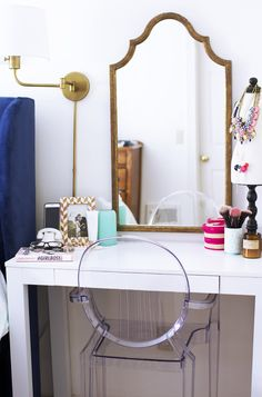 a cute makeup nook with a white vanity, a refined vintage mirror and a sconce Purple Bedrooms, Guest Bedrooms, Bureau Ikea Micke, Living Furniture, Interior Design Living Room, My Room, Bedroom Decor, House Styles, Wall Sconces