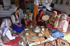 Yörük geleneklerini göstermek için gelin çadırı kurdular Bilecik'te düzenlenen 736'ncı Söğüt Ertuğrul Gazi'yi Anma ve Yörük Şenlikleri kapsamında tören alanına Eskişehir Anadolu Bacılar Yörük Türkmen Derneği üyeleri tarafından kurulan gelin çadırı, yörüklerin çeyize ve diğer düğün geleneklerine verdiği önemi gözler önüne serdi.