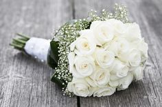 How to make a simple rose bouquet. It's not difficult to make a classic looking bridal rose bouquet. White Rose Bouquet, Rose Bridal Bouquet, Diy Bouquet, Bride Bouquets, White Roses, Gypsophila Bouquet, Tulip Bouquet, Floral Bouquets, Yellow Roses