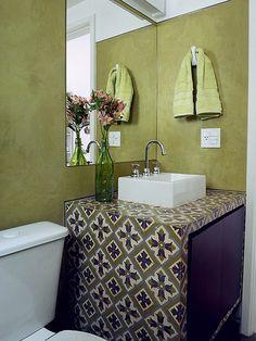 A combinação de cores intensas com estampas imprime personalidade ao banheiro para uma menina de 13 anos. A arquiteta Adriana Yazbek é autora do projeto. Para resistir à água, o ambiente recebeu aplicação de um impermeabilizante