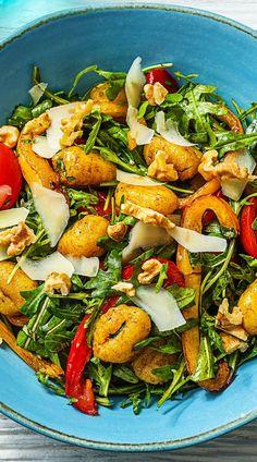 HelloFresh Rezept: Bunter Gnocchisalat mit Kirschtomaten, Rucola, Paprika und Walnüssen Kochen / Essen / Ernährung / Lecker / Kochbox / Zutaten / Gesund / Schnell / Frühling / Einfach / DIY / Küche / Gericht / Nüsse / Nuss / Salat / Warmer Salat / Sommersalat / Grillen / Käse / Parmesan / Veggie #hellofreshde #kochen #essen #zubereiten #zutaten #diy #rezept #kochbox #leicht #schnell #frühling #einfach #selbermachen #backen #gnocchi #gnocchisalat #gemüse #vegetarisch #veggie #salat
