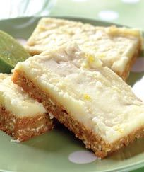 These iced lemon bars are great for summer treats and lunchbox fillers! Get the little bakers involved with this easy recipe. Lemon Recipes, Baking Recipes, Baking Pies, Rhubarb Recipes, Muay Thai, Flan, Just Desserts, Delicious Desserts, Cheesecake Recipes