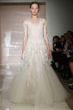 "Espectacular las mangas de este vestido de novia de Reem Acra (FW 2014) con efecto ""tatuaje de encaje"" #weddingdresses #NYBW"