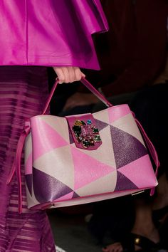 Aigner at Milan Fashion Week Spring 2017 - Details Runway Photos Luxury Bags, Luxury Handbags, Purses And Handbags, Leather Purses, Leather Handbags, Leather Bag, Sacs Design, Bags 2017, Cooler Look