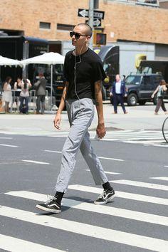 2016-09-20のファッションスナップ。着用アイテム・キーワードはサングラス, スニーカー, パンツ, 無地Tシャツ, 黒Tシャツ, Tシャツ,VANS(バンズ)etc. 理想の着こなし・コーディネートがきっとここに。| No:165158