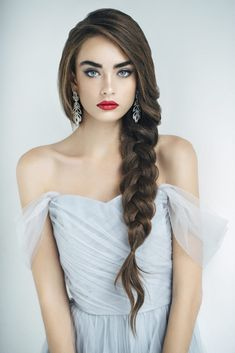 Searching for wedding for your big day? Everyone wants to tie the knot in style so we've got to work selecting the best bridal looks. From classic chignons to fashion-forward braids, discover the perfect wedding hair ideas for your nuptials right here. Side Braid Hairstyles, Bride Hairstyles, Best Hairstyles, Beach Wedding Hairstyles, Hairstyle Braid, Homecoming Hairstyles, Retro Hairstyles, Side Braid Wedding, Braids For Wedding Hair