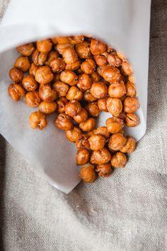 230 g abgetropfte, gekochte Kichererbsen 1 EL Olivenöl 2 große Prisen Salz 1 TL Paprikapulver / 175°C / für 45-60 Minuten backen und zwischendurch regelmäßig wenden. Sobald die gerösteten Kichererbsen schön knusprig sind, mit dem Salz und den Gewürzen vermischen.