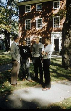 A group of Bowdoin College men stand around talking outside a dormitory. One of them is wearing a big B letter sweater and gray slacks. Preppy Boys, Preppy Style, Preppy College, Bowdoin College, Ivy Look, New England Prep, Ivy League Style, Timberland Style, Timberland Fashion
