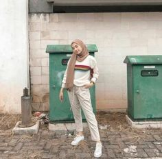 Super style hijab casual jeans shoes ideas Gray Things gray color on face Ootd Hijab, Casual Hijab Outfit, Casual Style Hijab, Hijab Fashion Casual, Hijab Jeans, Street Hijab Fashion, Hijab Chic, Muslim Fashion, Fashion Dresses