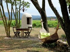 Entre vignes et lavandes à la Bastide de Lestagnau, le farniente est au rendez-vous avec ce hamac. La table et ses quatre chaises sont aussi l'occasion de dîner à la fraîcheur des arbres par une douce nuit d'été. ❤
