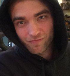 new/old fan pic.just look at dem blue eyes! Robert Pattinson Twilight, Robert Pattinson News, King Robert, Robert Douglas, Fangirl, Fan Picture, Harry Potter Cast, Edward Cullen, Future Husband
