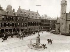 Vorstenhuizen, koningshuis Nederland. Koningin Wilhelmina en prins Hendrik rijden in de Gouden Koets naar de Ridderzaal voor opening Staten Generaal. Nederland, Den Haag, Prinsjesdag 1917.