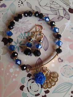 pulsera y aretes en azul y negro
