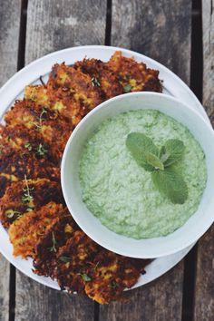 Grøntsagsdeller med ærtedip! Disse grøntsagsdeller med squash og gulerødder er et perfekt alternativ til kød. Du kan bruge lige de grøntsager du har f.eks. aubergine, blomkål eller broccoli. Palak Paneer, Mozzarella, Squash, Broccoli, Tapas, Curry, Snacks, Ethnic Recipes, Food
