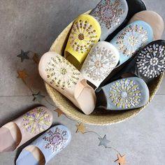 Babouche スパンコール付きモロッコの工房で作られるこだわりのバブーシュ☆上質な素材から作られるバブーシュは履き心地が良く、永く使える作品となっております。また、飾りとして玄関で飾っておくだけでも目を引きます。