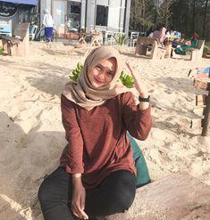 🖤🧡 Casual Hijab Outfit, Ootd Hijab, Casual Outfits, Fashion Wear, Fashion Models, Arabian Women, University Outfit, Hijab Fashion Inspiration, Muslim Women
