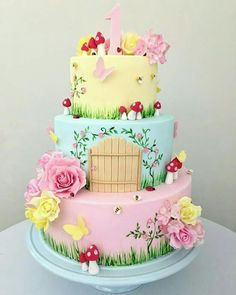 Que bolo mais lindo! Fairy Garden Cake, Garden Cakes, Fairy Cakes, Party Garden, Fairy Birthday Cake, 1st Birthday Cakes, Deco Candy Bar, Winter Torte, Savoury Cake