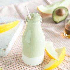 SommerlicherSmoothiefür süße Schleckermäulchen: Avocado,fruchtige Honigmelone, kühler Joghurt und etwas Honig werden zum cremigen Drink.