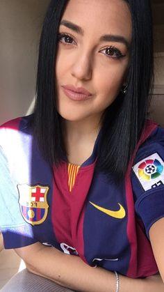 Hot Football Fans, Football Girls, Football Outfits, Soccer Fans, Camisa Barcelona, Fc Barcelona, Most Beautiful Women, Amazing Women, Liverpool Fans