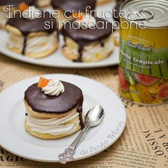 Aceste prajiturele pufoase si delicioase imi amintesc de anii copilariei! In varianta clasica prajitura era simpla cu frisca ... Gingerbread, Bakery, Food And Drink, Dessert Recipes, Tropical, Breakfast, Sweet Treats, Recipes, Pineapple