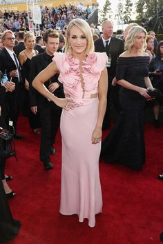 Golden Globes 2017 Mode tapis rouge : ce que les stars portaient 74th Golden Globe Awards, Golden Globes, Carrie Underwood, Rose Dress, Pink Dress, Hair Color And Cut, Hair Cut, Pink Gowns, Red Carpet Looks