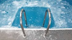 What Is the Best Type of Pool for Cold Climates? Compare concrete vs. fiberglass vs. vinyl liner pools in cold weather here! Wild Animals Attack, Animal Attack, Usa Swimming, Swimming Pools, Fiberglass Pools, Water Polo, Poses, Nice Body, Survival