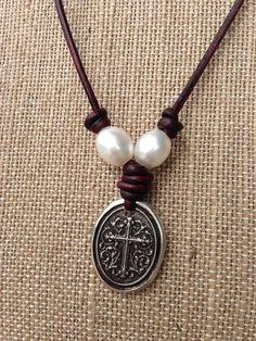 Artículos similares a Cruz, perla de río y cuero collar-cristiano-fe el envío gratuito a Estados Unidos. en Etsy