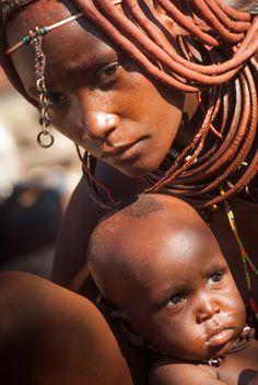 ¿Por qué las mujeres Himbas se visten de rojo? Esta mezcla, que hace que la piel de las mujeres se ponga roja, las protege de la luz solar. Las mujeres las llevan sobre su cabello tanto como pueden en sus cuerpos. African Children, African Women, African Art, Figure Photography, World Photography, Black Love Art, Black Is Beautiful, Cultural Pictures, Himba Girl