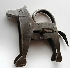 cadenas ancien forme chien + clé Vorhängeschloß padlock -- Antique Price Guide Details Page Antique Keys, Vintage Keys, Or Antique, Under Lock And Key, Key Lock, Door Knobs And Knockers, Cool Lock, Old Keys, Door Furniture