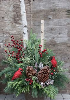 29 The Best Christmas Garden Decorations You Need To Try This Year - Weihnachtsdeko Hauseingang Outdoor Christmas Planters, Christmas Urns, Christmas Flowers, Country Christmas, Christmas Wreaths, Outdoor Planters, Primitive Christmas, Christmas Snowman, Xmas