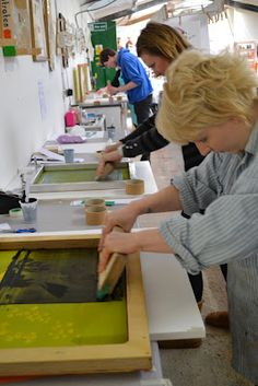 Last weekend I attended an intermediate screen printing course at the lovely Unit 12 gallery. The workshop was run by the awesome Iain (als. Diy Screen Printing, Garage Workshop, Guerrilla, Diy Projects To Try, Tutorial, Printing Process, Handicraft, Parenting, Clip Art