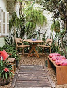 Em um pequeno quintal, a paisagista Juliana Freitas criou um jardim com bromélias e samambaias